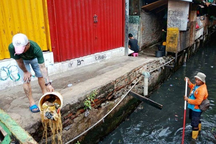 Sebuah foto beredar viral di sosial media tentang seorang warga membuang sampah ke Kali Krukut, Tanah Abang pada Rabu (30/1/2019