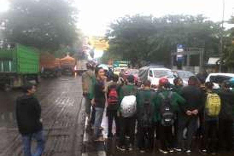 Mahasiswa di Makassar memblokade jalan trans Sulsel dalam peringatan hari Sumpah Pemuda, Jumat (28/10/2016).