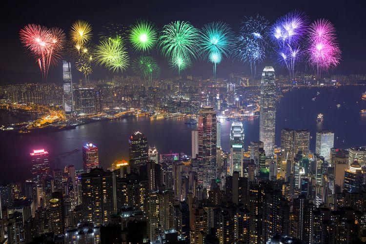 Pesta kembang api menjadi perayaan wajib di kota-kota besar di dunia pada malam pergantian tahun.