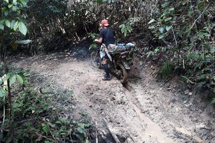 Kondisi jalan desa Bungayan dari jalan ini dewa Wa Yagung masih harus ditempuh 8 jam berjalan kaki jalanan penuh lumpur sepanjang rute dalam hutan menuju wa yagung membuat masyarakat setempat menamainya jalan kerbau (KPU Nunukan)