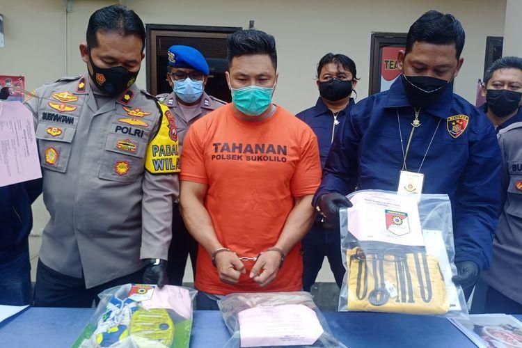 Pelaku penusukan member gym yang merupakan personal trainer gym, E, diamankan Polsek Sukolilo, Surabaya, Selasa (27/4/2021).