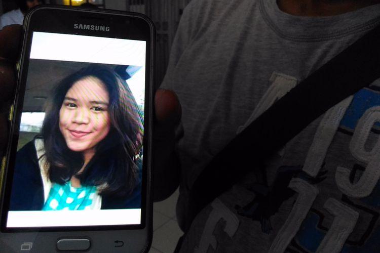 Foto Alifta Nan Rahfaidah (16) yang tersimpan dalam ponsel milik sanak saudaranya ketika ditunjukan di Stasiun Tugu Yogyakarta, Jalan Pasar Kembang, Kota Yogyakarta, Rabu (5/7/2017)