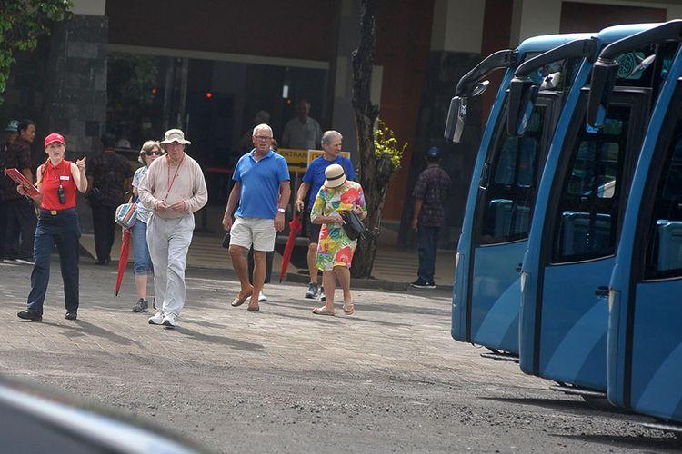 Sejumlah penumpang kapal pesiar berbendera Norwegia, Viking Sun bersiap menaiki bus pariwisata setibanya di Pelabuhan Benoa, Bali, Minggu (8/3/2020). Kapal pesiar yang sebelumnya ditolak menurunkan penumpang di Pelabuhan Tanjung Mas Semarang dan ditolak bersandar di Pelabuhan Tanjung Perak Surabaya tersebut diizinkan menurunkan 738 orang penumpangnya dan 452 orang kru di Pelabuhan Benoa setelah seluruh penumpang dan kru tersebut dinyatakan sehat berdasarkan hasil dua kali pemeriksaan pemenuhan protokol kesehatan Organisasi Kesehatan Dunia (WHO) yang dilakukan oleh tim Kantor Kesehatan Pelabuhan (KKP) Kelas I Denpasar, Dinas Kesehatan Provinsi Bali dan tim medis pada Sabtu (7/3).