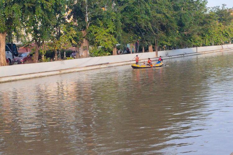 Tim Basarnas, BPBD dan personel lainnya melakukan pencarian anak yang tenggelam (Fitra) di Kalimalang Unisma, Bekasi, Jumat (21/2/2020).