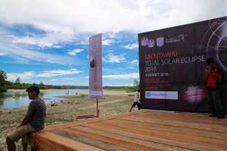 Suasana di kawasan Macaronis Resorst, Desa Silabu, Pulau Pagai Utara, Kabupaten Kepulauan Mentawai, Sumatera Barat, Selasa (8/3). Di lokasi ini, warga bersama wisatawan asing akan melakukan pengamatan Gerhana Matahari Total pada Rabu (9/3) pagi.