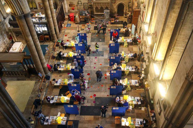 Bilik yang didirikan di dalam Katedral Salisbury, untuk menerima dosis vaksin virus Corona Pfizer-BioNTech, di Salisbury, Inggris, Sabtu, 16 Januari 2021,