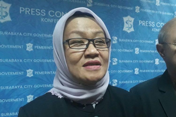 Plt Direktur Utama RSUD dr M Soewandhie Febria Rachmanita atau Feny saat menjelaskan mengenai kondisi Wali Kota Surabaya Tri Rismaharini, Selasa (25/6/2019).