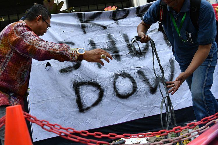 Simpatisan memasang spanduk bertuliskan KPK Shut Down di kantor KPK, Jakarta, Jumat (13/9/2019). Aksi tersebut merupakan bentuk protes adanya revisi UU KPK serta terpilihnya capim KPK yang diduga bermasalah karena melanggar kode etik.