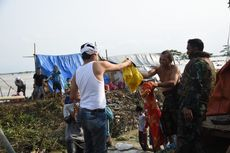 Terjebak Arus Deras, Korban Banjir di Kabupaten Bekasi Buat Tenda Darurat di Tanggul