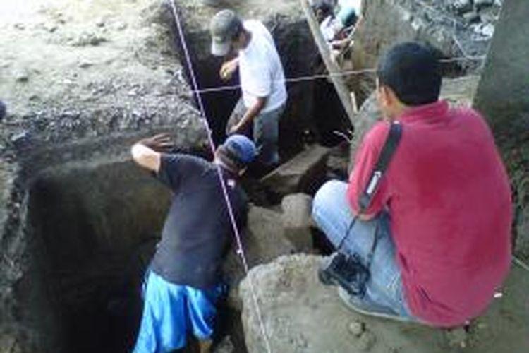 Tim Balai Pelestarian Cagar Budaya (BPCB) DIY saat mendata temuan batu candi di di Halaman Perumahan Griya Tiara Indah dusun Bedingin Wetan Desa Sumberadi kecamatan Mlati kabupaten Sleman