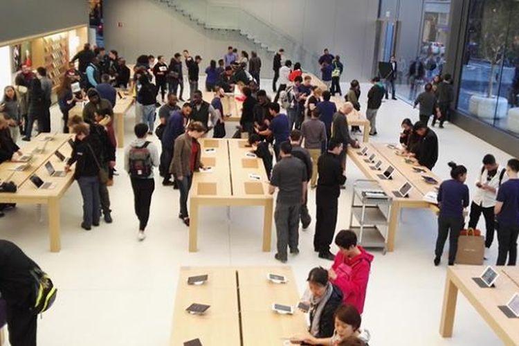 Area utama tempat memajang aneka produk Apple
