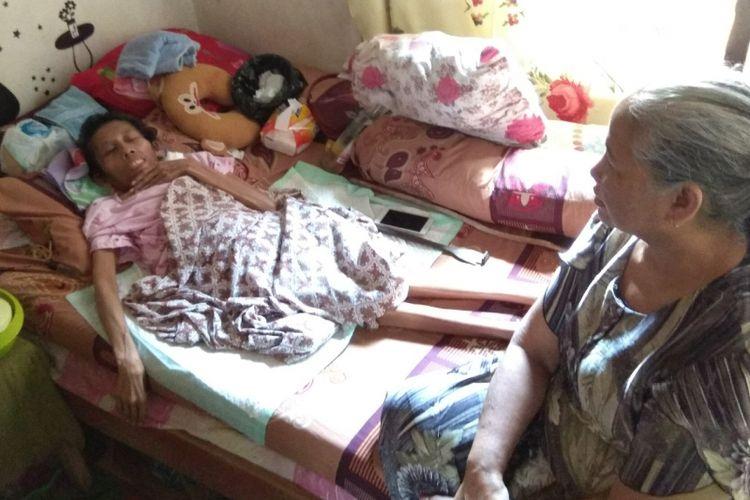 Lusia, mantan buruh migran yang menderita kanker payudara yang dirawat oleh tetangganya, Bu Katemi yang tinggal di Kecamatan Genteng Banyuwangi