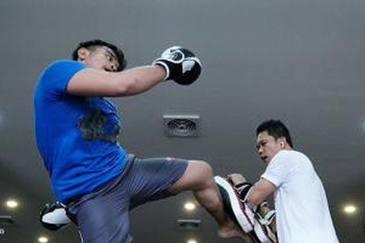 Kamera mirrorless dengan kemampuan continuous shoot hingga 15 frame per second sangat ideal untuk mengejar momen dalam aksi Muay Thai.