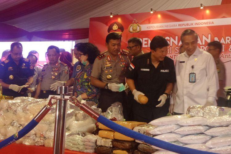 Kapolri Jenderal Pol Tito Karnavian, Kepala BNN Budi Waseso, Menteri Kesehatan Nila F Moeloek, hingga kru maskapai penerbangan terlibat acara pemusnahan barang bukti narkoba di kompleks Bandara Soekarno-Hatta, Selasa (15/8/2017).