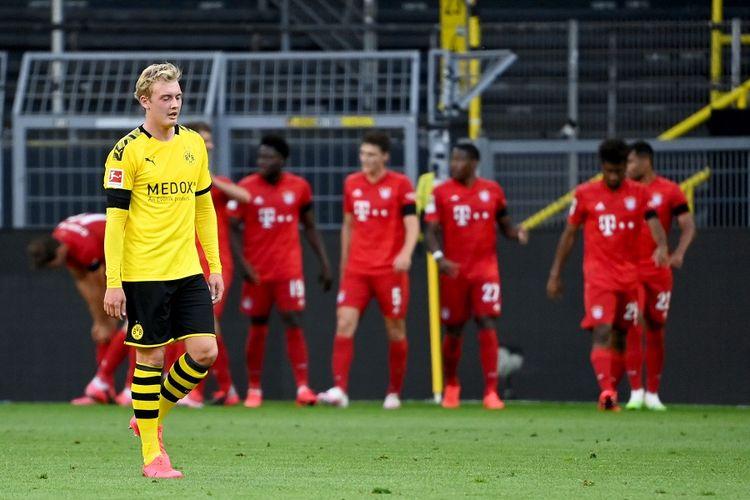 Penyerang Dortmund, Julian Brandt (kiri), bereaksi ketika para pemain Bayern merayakan gol dalam pertandingan Liga Jerman antara Borussia Dortmund vs Bayern Muenchen pada 26 Mei 2020 di Dortmund.