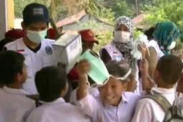 Khawatir terserang Ispa, siswa-siswa di berbagai sekolah di Polewali mandar terlibat rebutan masker gratis yang dibagikan petugas kesehatan di sekolah mereka, Jumat (23/10)