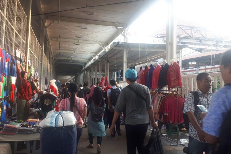 Sejak dibuka pada 15 Oktober lalu, Jalan Jatibaru Raya kembali dipenuhi sejumlah pedagang kaki lima (PKL).  Pantauan Kompas.com Selasa (6/11/2018) sore, kondisi Jalan Jatibaru Raya tampak semrawut.
