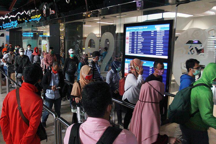 Sejumlah calon penumpang antre untuk lapor di Terminal 2F Bandara Soekarno Hatta, Tangerang, Banten, Jumat (24/4/2020). Pemerintah melalui Kementerian Perhubungan menghentikan sementara aktivitas penerbangan komersial terjadwal baik dalam dan luar negeri terhitung mulai 24 April hingga 1 Juni 2020. Hal tersebut merupakan bagian dari pengendalian transportasi selama masa mudik Lebaran 1441 H untuk mencegah penyebaran Covid-19.