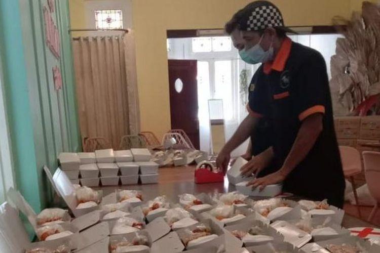 Tim Gerakan Berbagi Makanan untuk Isoman sedang menyiapkan paket makan bagi pasien Covid 19 yang sedang isoman. Sebanyak 100 paket makanan disiapkan setiap hari