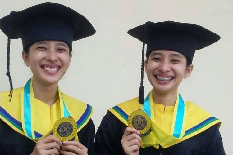 Saudara kembar bernama A. A Istri Yuliandani dan A.A Istri Wiryaandari lulus bersama menjadi Sarjana Farmasi Universitas Airlangga (Unair).