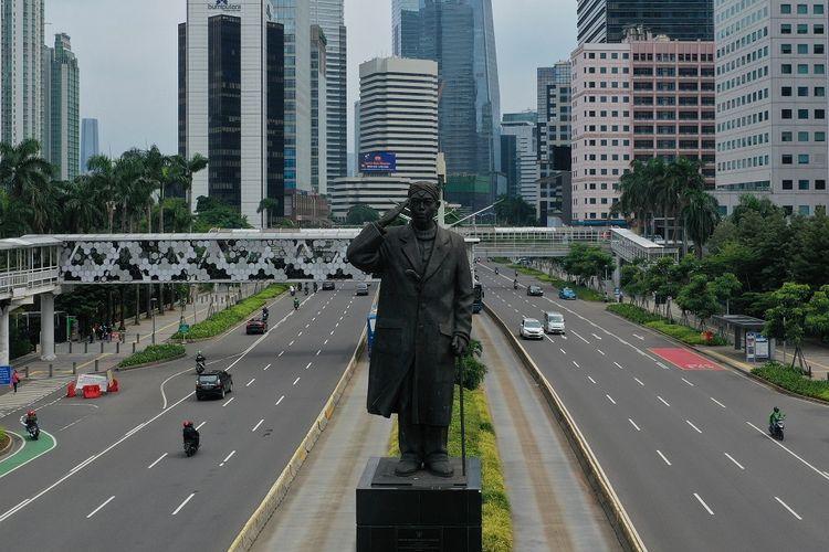 Foto aerial kendaraan melintas di Jalan Jenderal Sudirman, Jakarta, Senin (23/3/2020). Sejumlah ruas jalan utama ibu kota lebih lengang dibandingkan hari biasa karena sebagian perusahaan telah menerapkan bekerja dari rumah guna menekan penyebaran virus corona atau COVID-19. ANTARA FOTO/Indrianto Eko Suwarso/foc.
