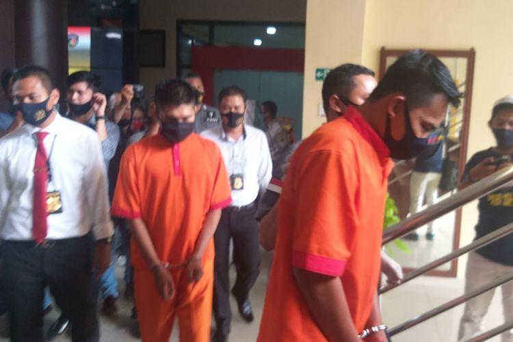 Tersangka YouTuber Edo Dwi Putra (24) bersama rekannya Diky Firdaus (20)saat digiring di Polrestabes Palembang, Senin (3/8/2020). Mereka ditangkap gegara konten YouTube prank daging kurban isi sampah.