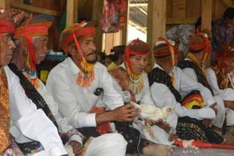 Ritual ayam putih dalam tradisi Poka Kaba Congko Lokap di Kabupaten Manggarai Timur, Nusa Tenggara Timur.
