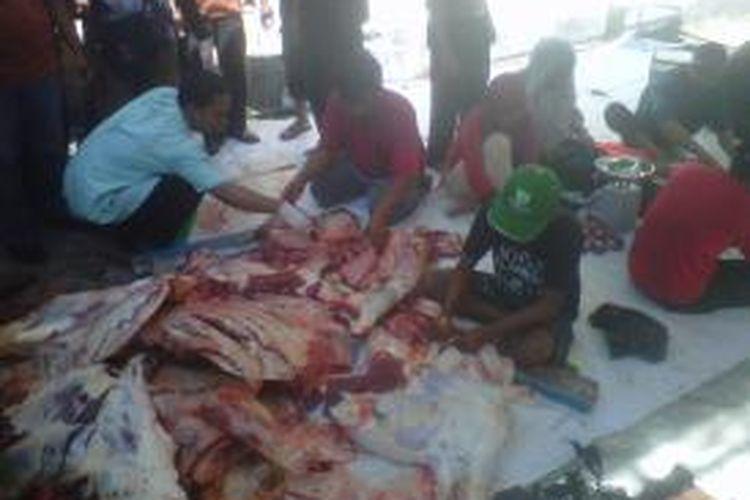 Suasana pemilahan daging kurban di Masjid Agung, Kota Kediri, Jawa Timur, Selasa (15/10/2013).