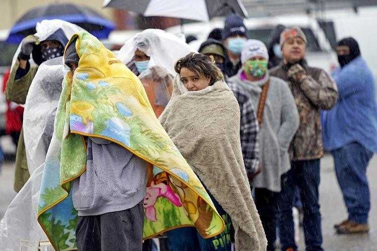 Orang-orang mengantre LPG di tengah kesulitan listrik di Texas dan kebutuhan tinggi akan pemanas air dan ruangan karena cuaca ekstrem pada Rabu, 17 Februari 2021, di Houston.