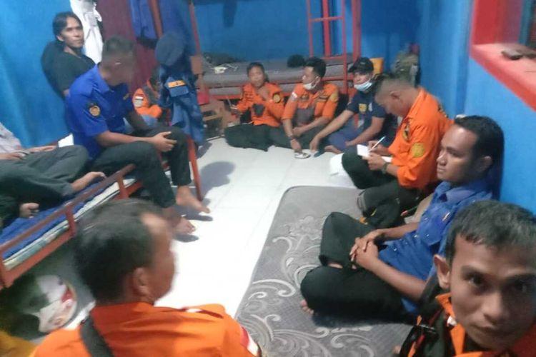Robi Saputra bersama rekan-rekan sebelum mencari korban yang hanyut di sungai, Kamis (13/5/2021).