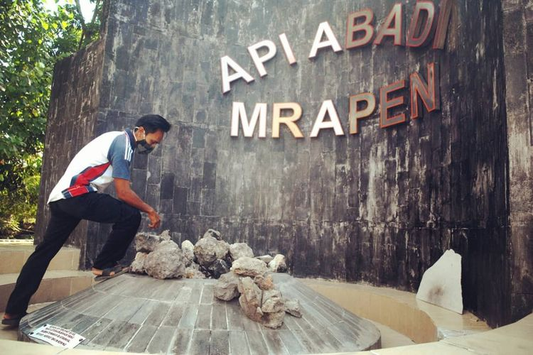Penjaga menunjukkan padamnya Api Abadi Mrapen di Desa Manggarmas, Kecamatan Godong, Kabupaten Grobogan, Jawa Tengah, Minggu (3/10/2020).