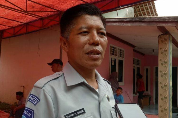 Kepala Perwakilan Jasa Raharja Tangerang, Darwin P Sinaga saat memberikan santunan kepada ahli waris Iwan, korban tewas akibat kecelakaan di Tol Purbaleunyi, Selasa (3/9/2019).