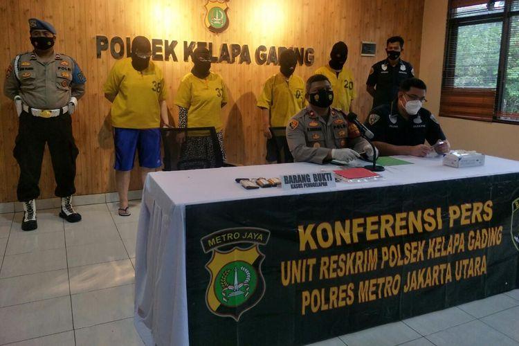 Unit Reskrim Polsek Kelapa Gading merilis penangkapan empat orang pelaku penggelapan mobil rental di Kelapa Gading, Jakarta Utara, Kamis (8/3/2021).