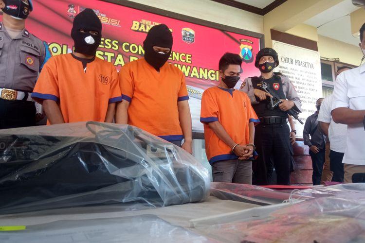 Polisi menangkap tiga pelaku pemalsu surat rapid test antigen palsu di Banyuwangi, Jawa Timur, Kamis (2/9/2021).