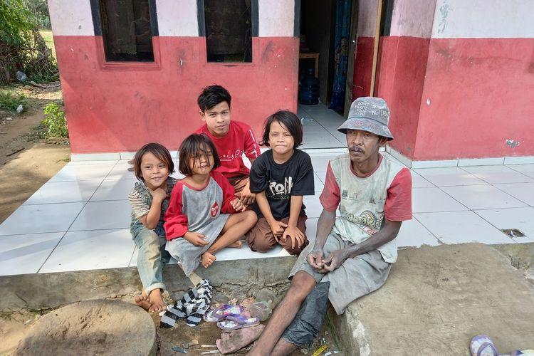 Tanto dan empat anaknya saat berada di rumahya di Kecamatan Bayah, Kabupaten Lebak, Banten. Anak-anak Tanto tidak punya seragam saat hendak sekolah tatap muka.