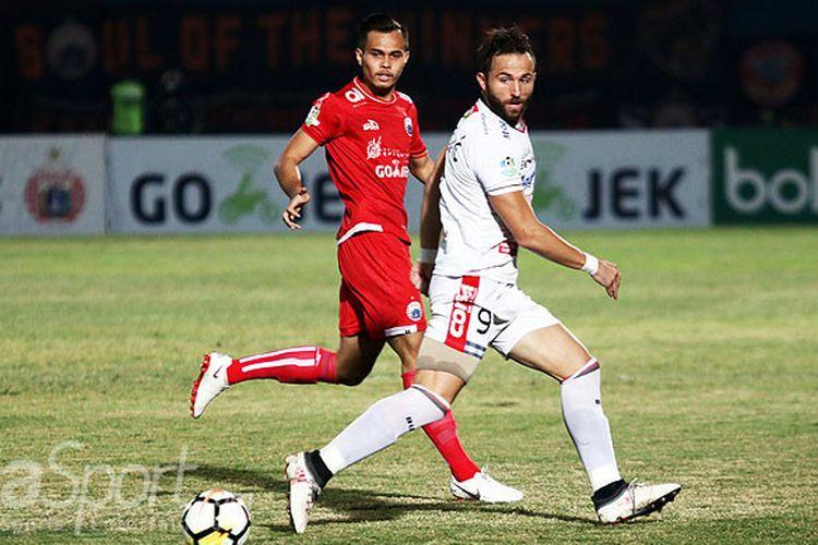 Aksi pemain Bali United, Ilija Spasojevic (depan), saat menggiring bola dibayangi pemain Persija Jakarta dalam laga pekan ke-16 Liga 1 2018 di Stadion Sultan Agung, Bantul, pada Selasa (17/7/2018).