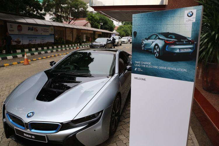 Mobil BMW i8 saat acara kick off pengembangan charging stasion SPLU di Kantor PLN Disjaya, Gambir, Jakarta Pusat, Kamis (14/12/2017). PLN Distribusi Jakarta Raya (Disjaya) menargetkan 1000 SPLU (Stasiun penyedia listrik umum) untuk mempemudah kebutuhan listrik masyarakat di tempat umum.