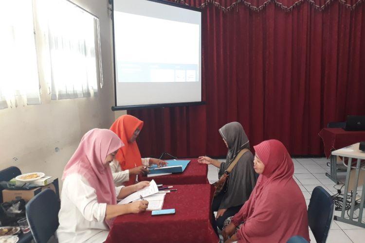 Suasana pendaftaran PPDB online di SMPN 1 Kota Bekasi, Selasa (10/07/2018).