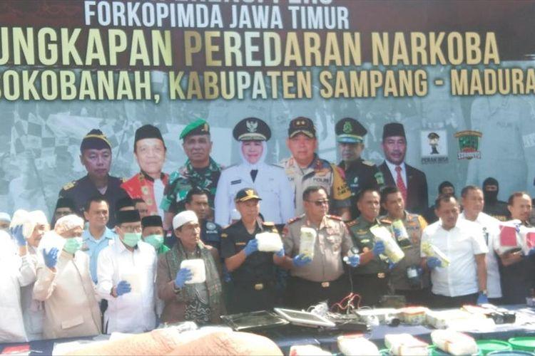 Kapolda Jawa Timur Irjen Pol Luki Hermawan bersama jajarannya saat merilis pengungkapan kasus narkoba di Polres Pelabuhan Tanjung Perak, Surabaya, Rabu (31/7/2019).