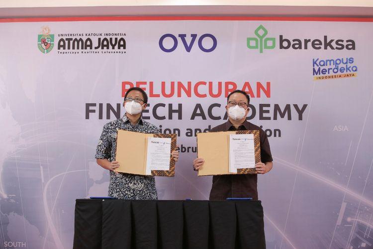Rektor Unika Atma Jaya Agustinus Prasetyantoko danPresiden Direktur OVO dan Co-founder/CEO Bareksa, Karaniya Dharmasaputra usai menandatangani perjanjian kerja sama Fintech Academi di Jakarta, Selasa (16/2/2021).
