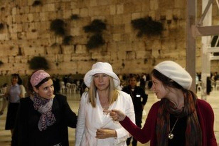 Superstar Yahudi-Amerika, Barbra Streisand, mengunjungi Tembok Barat, lokasi tersuci Yudaisme di Kota Tua Yerusalem pada 16 Juni 2013. Streisand tiba di Israel, di mana ia akan menerima gelar doktor dan bernyanyi untuk pesta ulang tahun ke-90 Presiden Isreal, Shimon Peres.