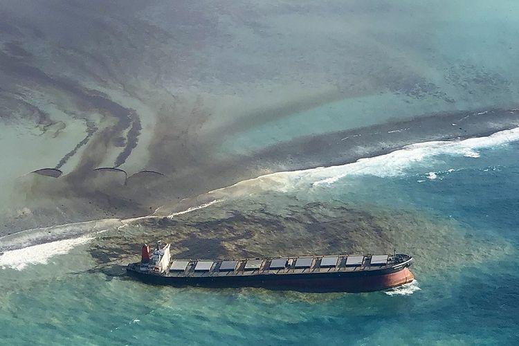 Foto yang diambil dan disediakan oleh Eric Villars ini menunjukkan kebocoran minyak dari MV Wakashio, kapal kargo curah yang kandas di lepas pantai tenggara Mauritius, Jumat (7/8/2020). Pemerintah Mauritius telah mengumumkan keadaan darurat lingkungan dan Prancis telah mengirimkan bantuan.