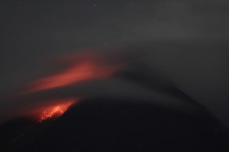 Titik api diam terlihat dari lereng Gunung Merapi Desa Kinahrejo, Cangkringan, Sleman, DI Yogyakarta, Selasa (5/1/2020). Balai Penyelidikan dan Pengembangan Teknologi Kebencanaan Geologi (BPPTKG) menyebutkan Gunung Merapi telah mengalami fase erupsi.