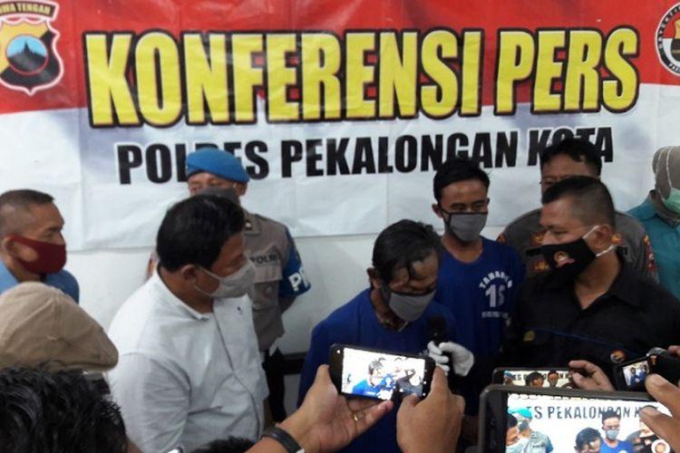 Tersangka AW dan AH pelaku pencabulan terhadap anak dan adik kandungnya saat berada di Polres Pekalongan Kota Jawa Tengah.