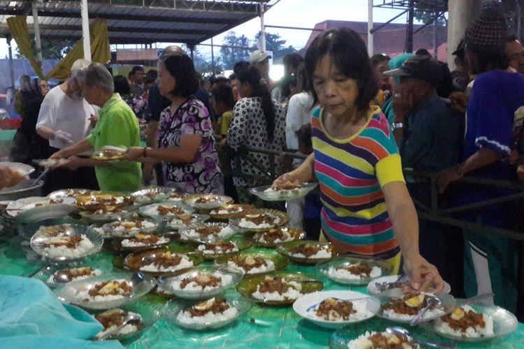 Sejumlah umat Buddha yang tergabung dalam Paguyuban Metta, Vihara Sanggar Suci, Kecamatan Làwang, Kabupaten Malang saat membagikan menu buka puasa secara gratis, Senin (21/5/2018).