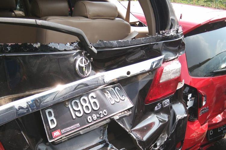 Kecelakaan beruntun di Tol Joglo arah Meruya yang melibatkan 5 unit mobil dan 1 bus pada Senin (14/10/2019) pagi.