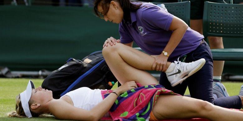 Petenis Rusia, Maria Sharapova, terbaring saat mendapat perawatan dari fisioterapis, pada babak kedua turnamen grand slam Wimbledon, melawan petenis Portugal, Michelle Larcher de Brito. Sharapova kalah 3-6 4-6.
