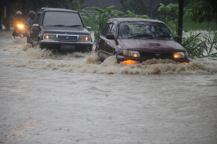 Sejumlah pengemudi mobil menerjang banjir yang melanda diwilayah Bayat, Klaten, Jawa Tengah, Selasa (28/11/2017). Akibat intensitas curah hujan tinggi dampak dari cuaca ekstrem Siklon Cempaka yang melanda kawasan pulau Jawa tersebut menyebabkan sejumlah titik wilayah Cawas dan Bayat, Kabupaten Klaten terendam banjir.