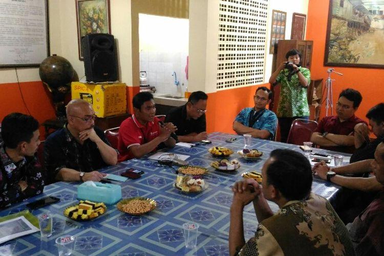 Suasana jumpa pers Fakta dan perwakilan karyawan kontrak PT Transjakarta di Kantor Fakta, Kalimalang, Jakarta Timur, Jumat (7/7/2017).