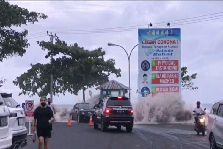 Tangkapan layar ombak mengamuk di Pantai Manado, beberapa tampak berlarian mencari lokasi aman, Minggu (17/1/2021)